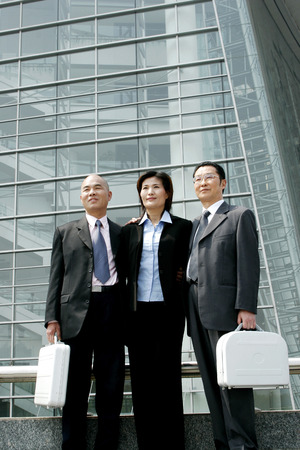 aspirant: Businessmen and woman standing in a row