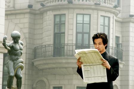 traje sastre: Hombre en traje de negocios la lectura de peri�dicos