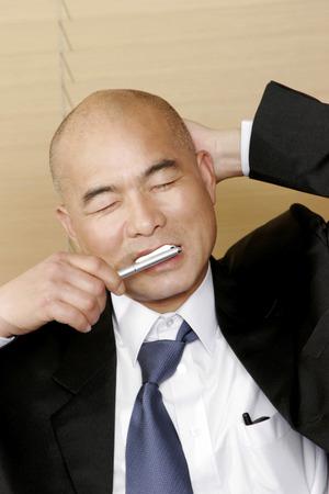 traje sastre: Hombre calvo en traje de negocios se lava los dientes