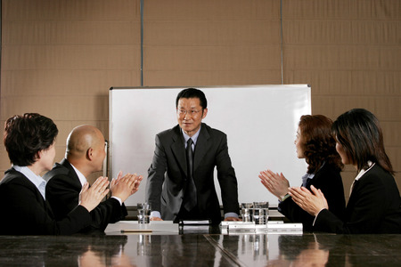 aspirant: Business man and women clapping their hands after a good presentation  Stock Photo