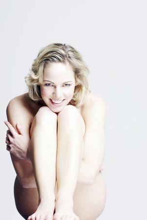mujer desnuda sentada: mujer desnuda sentada Foto de archivo