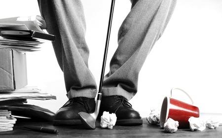 uomini maturi: Uomo d'affari che colpisce carte stropicciate con golf club