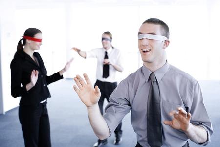 ojos vendados: La gente de negocios con los ojos vendados para encontrar su camino