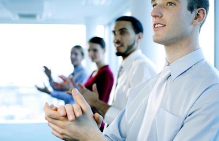 manos aplaudiendo: La gente de negocios aplaudiendo despu�s de ver una gran presentaci�n Foto de archivo