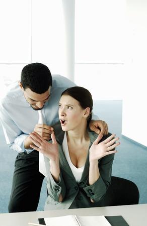 suo: Uomo d'affari flirtare con il suo collega