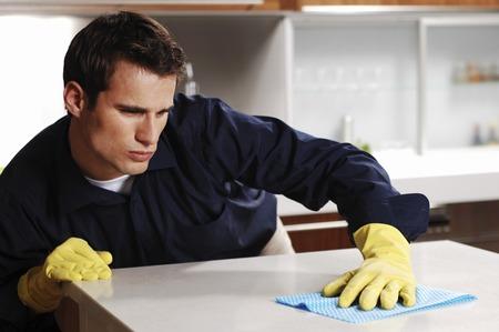 handschuhe: Man wischt den Tisch