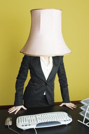 lampekap: Zakenvrouw met lampenkap op het hoofd Stockfoto