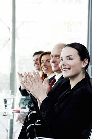 manos aplaudiendo: Los corporativos aplaudiendo en la sala de reuniones