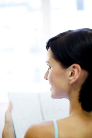 mujer leyendo libro: Libro de lectura de mujer