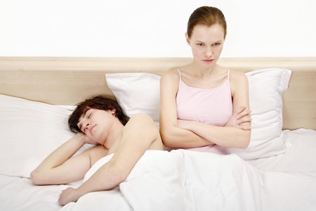 suo: Uomo che dorme mentre la moglie sta broncio Archivio Fotografico