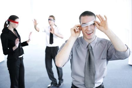 ojos vendados: Empresario de trucos durante un partido de vendar los ojos
