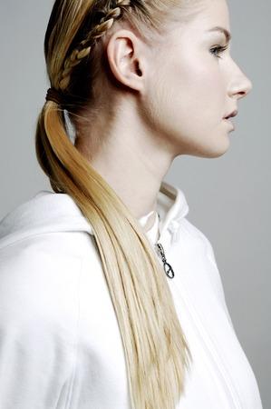 trenzas en el cabello: Mujer con el pelo trenzado