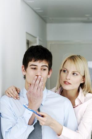 mannen en vrouwen: Zakenvrouw met haar collega een tandenborstel