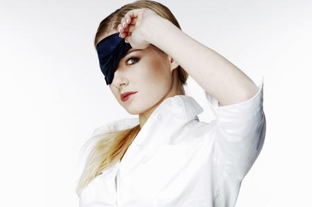 Geschäftsfrau mit Augenklappe