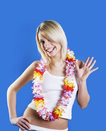 leis: Donna con ghirlande di fiori sorridendo e sventolando Archivio Fotografico