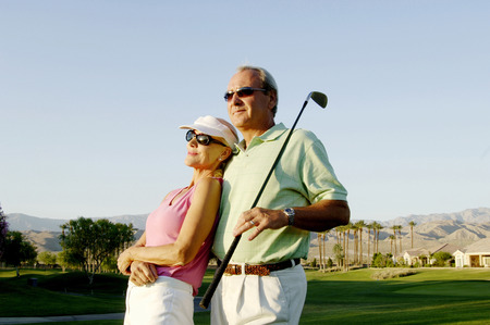 marido y mujer: Pareja posando en el campo de golf Foto de archivo