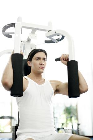 man working out: Hombre que trabaja en el gimnasio