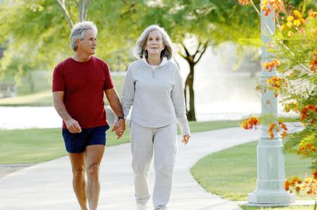 holding hands: Altes Paar H�ndchen haltend bei einem Spaziergang im Park Lizenzfreie Bilder