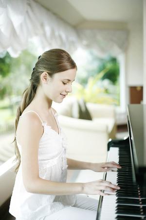 tocando el piano: Mujer tocando el piano