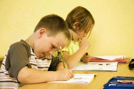 ni�os escribiendo: Ni�os que escriben en el aula