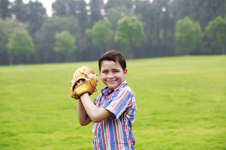 gant de baseball: Boy avec un gant de base-ball Banque d'images