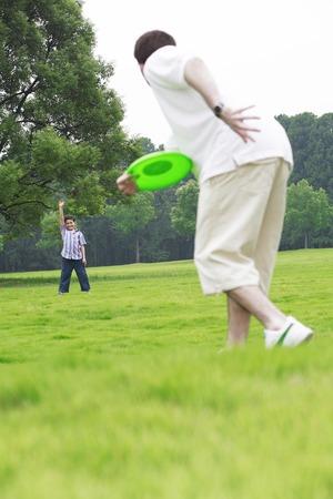 jugar: Padre e hijo que juegan el disco volador Foto de archivo
