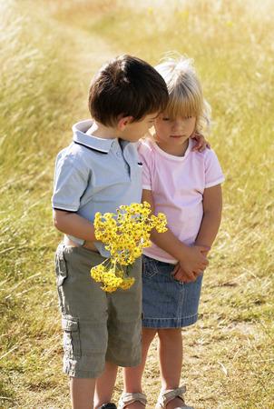 少年少女を慰める