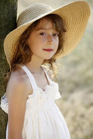straw hat: Ragazza con cappello di paglia