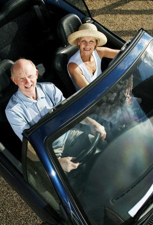 Matrimonios de edad que viajan en el coche