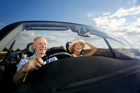 persona de la tercera edad: Matrimonios de edad que viajan en el coche