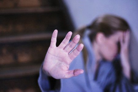 ansiedad: Mujer cubriéndose la cara mientras se detiene la cámara