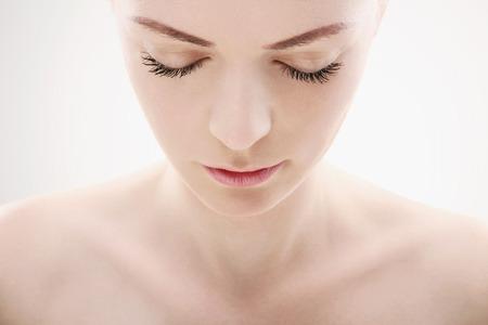 彼女は目を閉じて下へ見ている女 写真素材