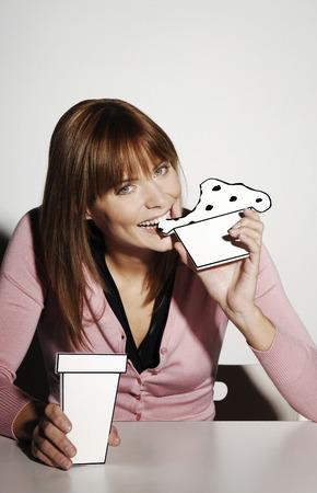 cardboard cutout: Imprenditrice mangiare la torta di cartone cut-out