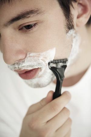 hombre afeitandose: El hombre cara de afeitar Foto de archivo