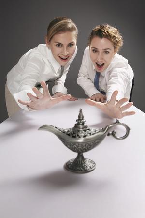 lampada magica: Imprenditrici cercando di afferrare lampada magica Archivio Fotografico