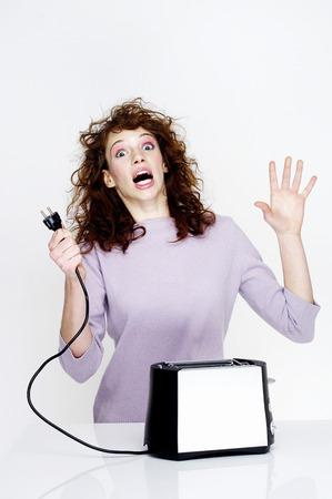 enchufe: Mujer recibiendo una descarga eléctrica