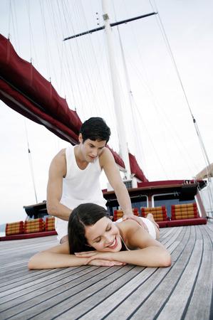 masaje corporal: Mujer recibiendo un masaje de cuerpo de su novio Foto de archivo