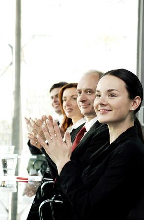 manos aplaudiendo: La gente de negocios aplaudiendo mientras estaba sentado en la sala de conferencias Foto de archivo