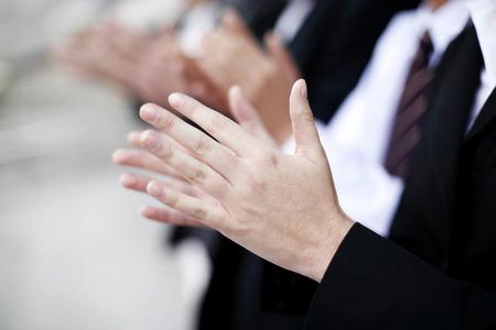 manos aplaudiendo: La gente de negocios aplaudiendo