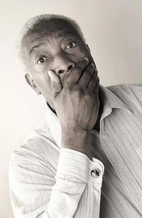 suo: Anziano in stato di shock coprendosi la bocca