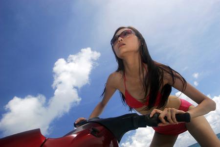 moto acuatica: Mujer que monta una moto de agua Foto de archivo