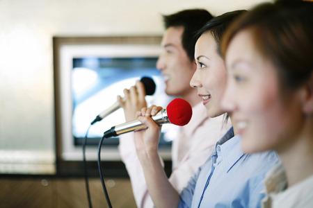 after to work: La gente de negocios cantando en el karaoke despu�s del trabajo