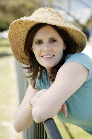 straw hat: Donna, che indossa cappello di paglia