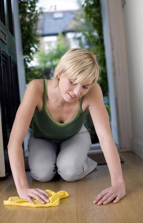 holzboden: Frau wischt das Parkett