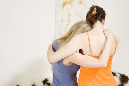 Kobieta pocieszający jej przyjaciel Zdjęcie Seryjne
