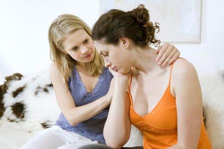 女性は彼女の友人を慰める 写真素材