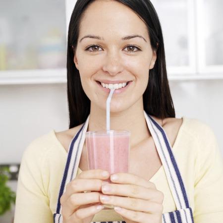 jugo de frutas: Mujer bebiendo jugo de frutas