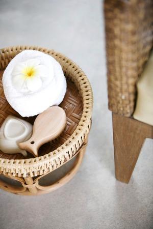 artigos de higiene pessoal: Toiletries in a basket Imagens