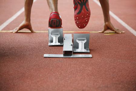 athletes: L'homme en position de d�part sur la piste de course