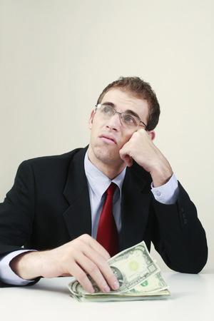 contando dinero: El pensamiento de negocios al contar el dinero Foto de archivo